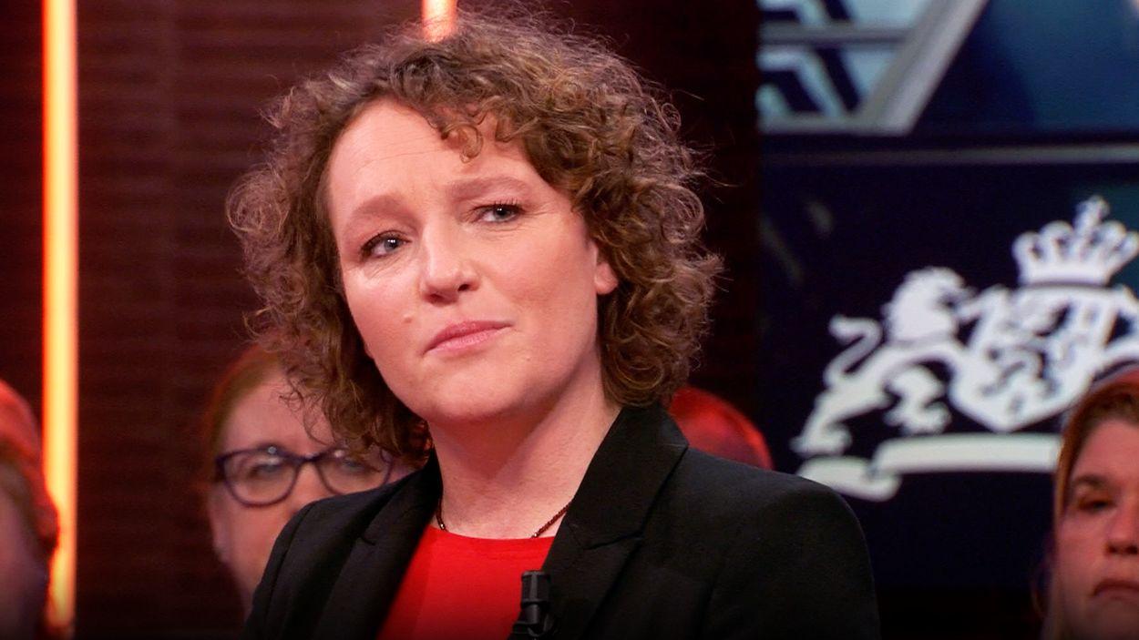 Afbeelding van SP-Kamerlid Renske Leijten en gedupeerden over zwartgelakte dossiers van ouders in toeslagenaffaire van Belastingdienst